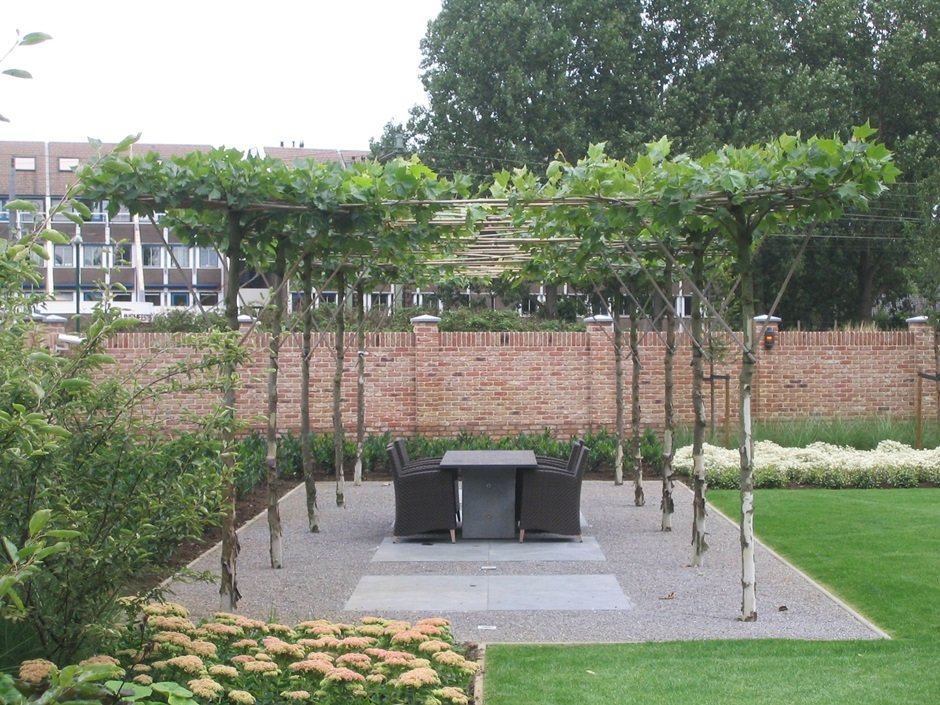 Exclusieve vijvertuin bij villa in houten van jaarsveld tuinen for Schaduw een terras