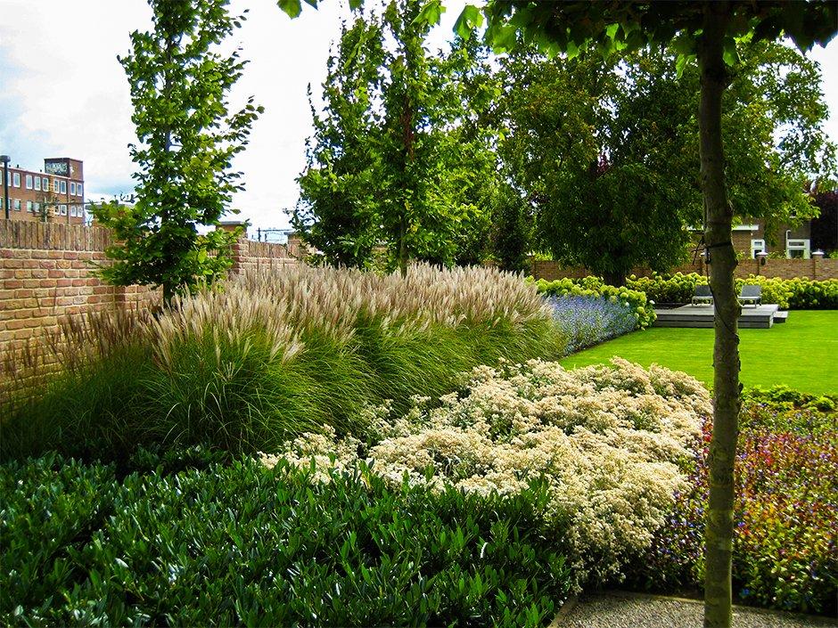 Exclusieve vijvertuin bij villa in houten van jaarsveld for Strakke tuinen met siergrassen