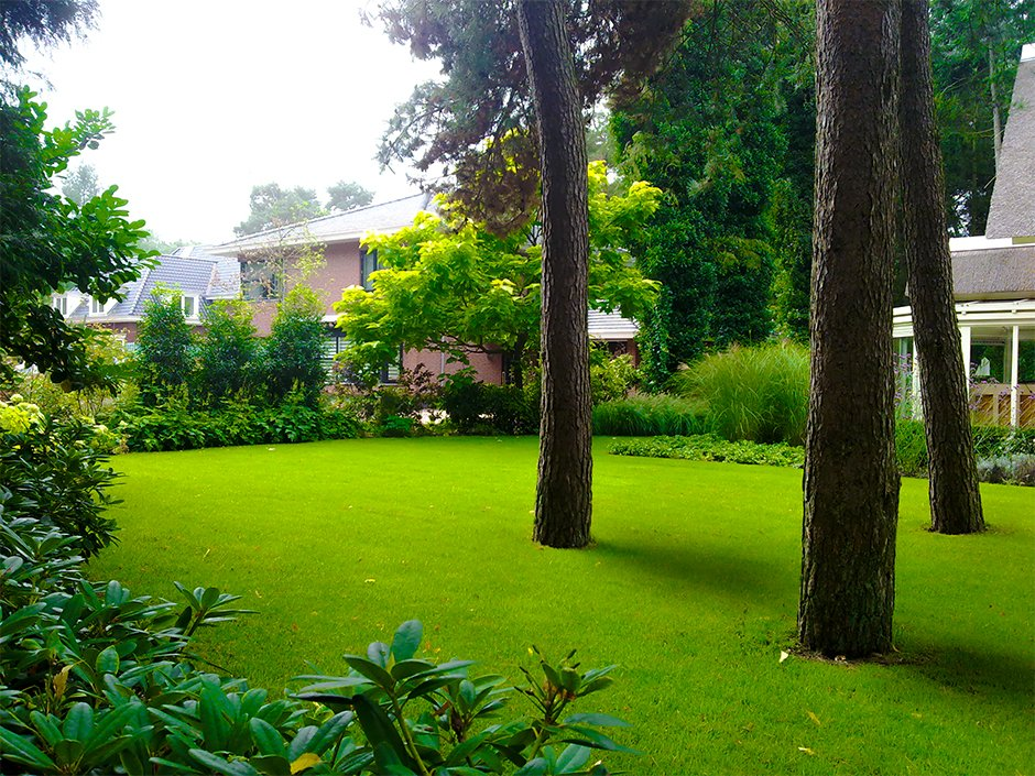 Klassieke villa tuin met natuurlijke vijver van for Vacature tuin