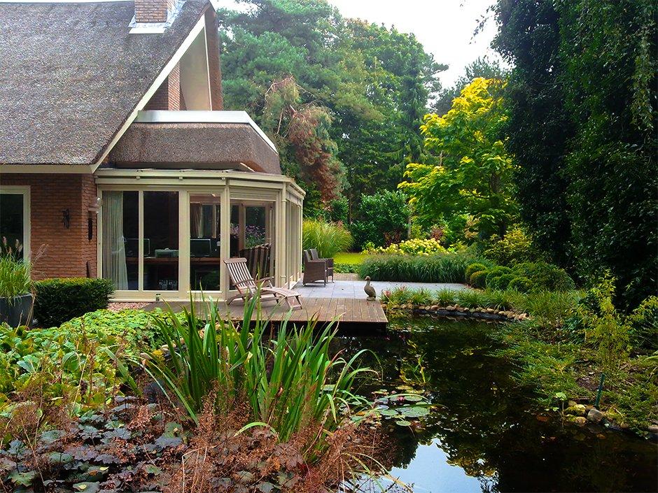 Klassieke villa tuin met natuurlijke vijver van for Natuurvijver maken