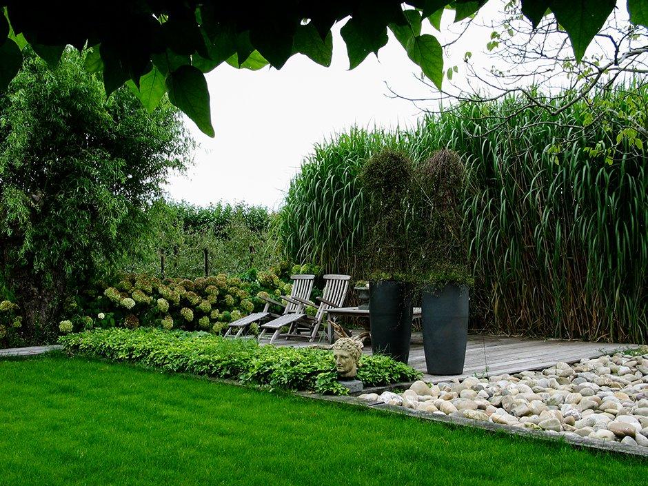 Landelijke tuin met strakke vlakverdeling van jaarsveld for Strakke tuinen met siergrassen