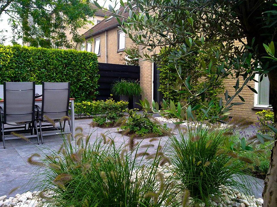 Moderne achtertuin met rechte lijnen van jaarsveld tuinen for Strakke tuinen met siergrassen