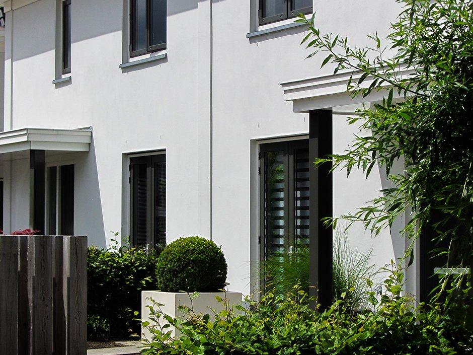 Moderne duurzame tuin met robuust materiaal van jaarsveld tuinen - Modern stenen huis ...