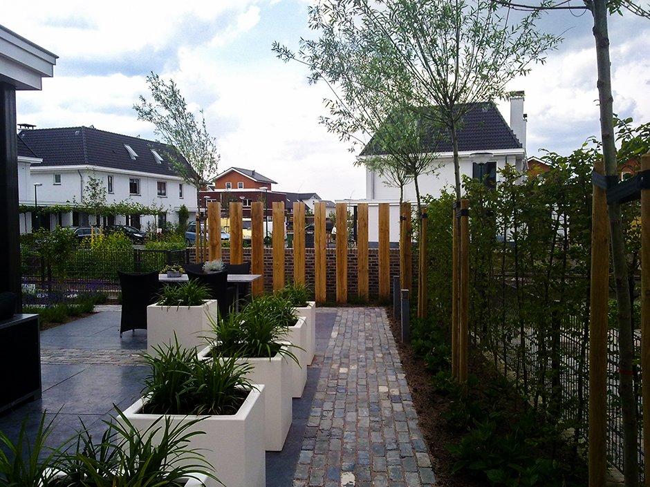 Moderne duurzame tuin met robuust materiaal van for Moderne tuin met overkapping
