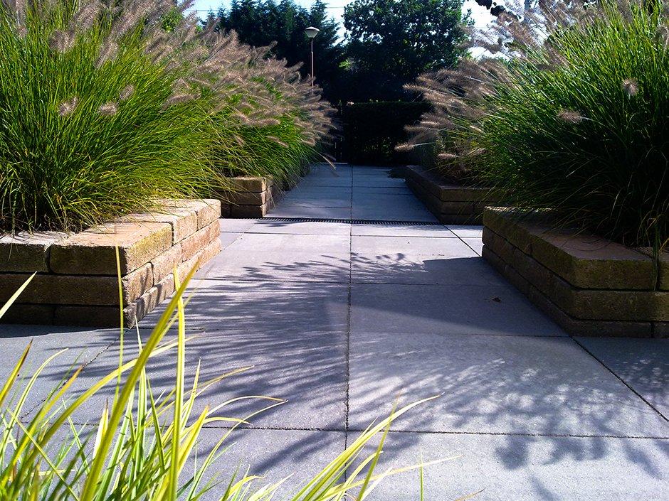 Strakke 45 gradentuin met verhoogde bakken van jaarsveld for Strakke tuinen met siergrassen