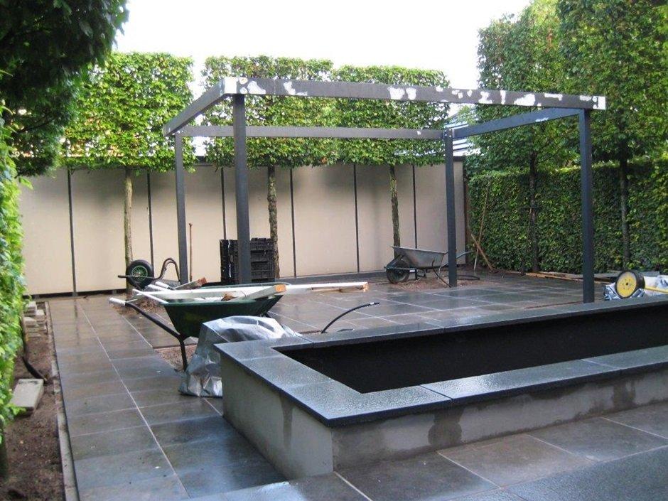 Tuinaanleg moderne strakke design achtertuin van jaarsveld tuinen - Kleine design lounge ...