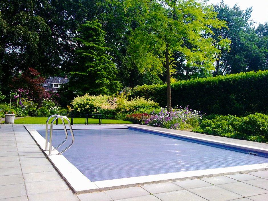 Villatuin met zwembad omsloten door groen van jaarsveld for Zwembad tegels