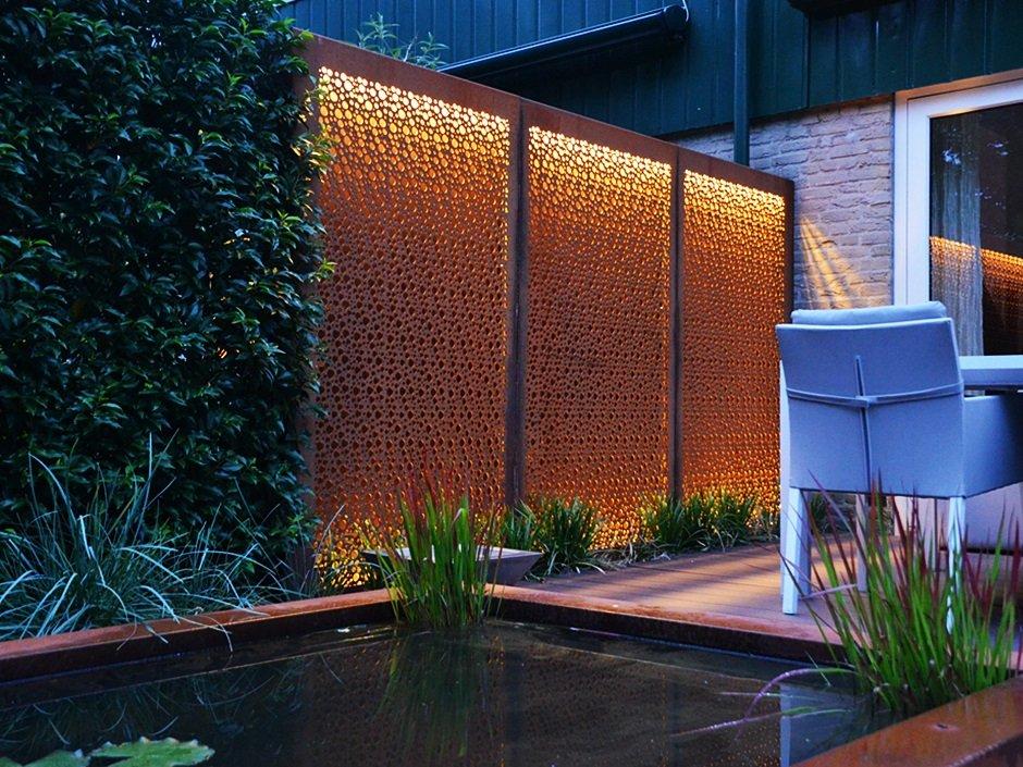 verlichte avond tuin met cortenstaal