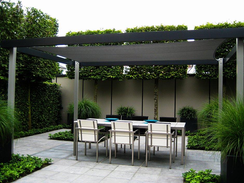 Moderne strakke design tuin in houten van jaarsveld tuinen - Moderne hoek lounge ...