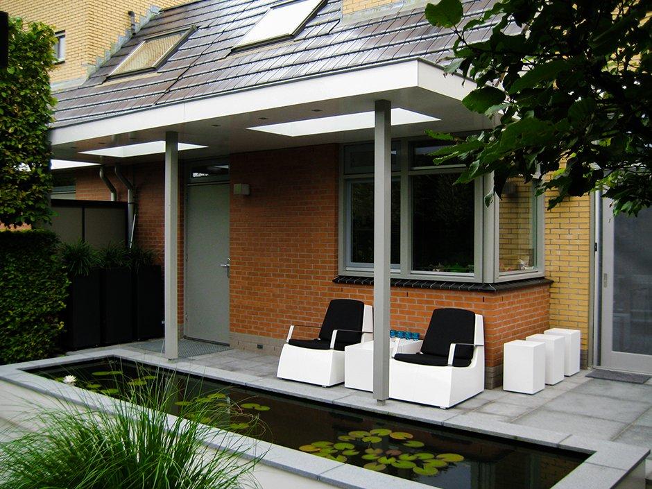 Moderne strakke design tuin in houten van jaarsveld tuinen for Moderne tuin met overkapping