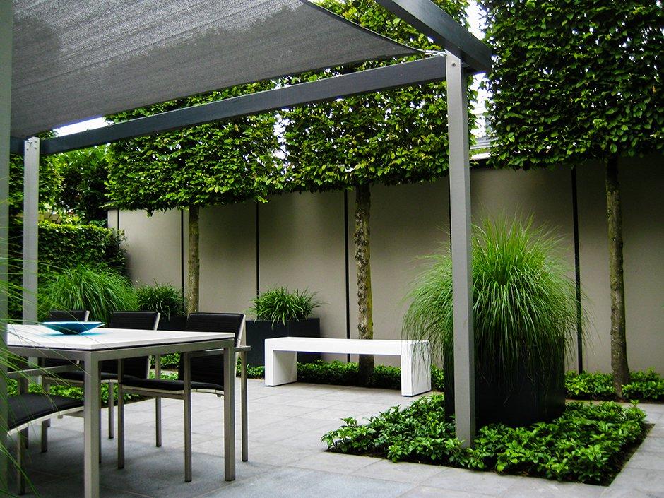 Moderne strakke design tuin in houten van jaarsveld tuinen - Rijtjeshuis fotos ...