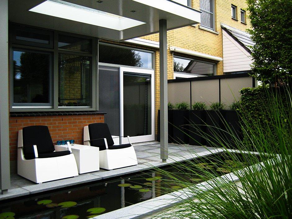 Moderne strakke design tuin in houten van jaarsveld tuinen - Tuin met zwembad design ...